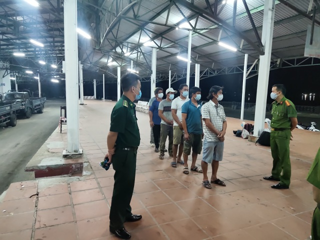 6 người đi bộ theo bờ biển để trốn khỏi vùng dịch Đà Nẵng - 1