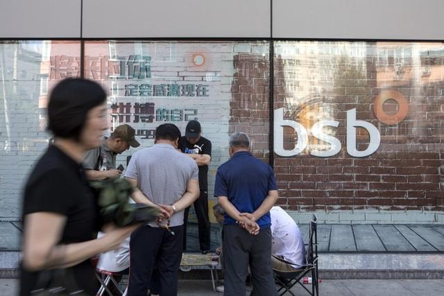 """Ông trùm Trung Quốc """"đánh sập"""" một ngân hàng bằng khoản vay 22 tỷ USD - 1"""