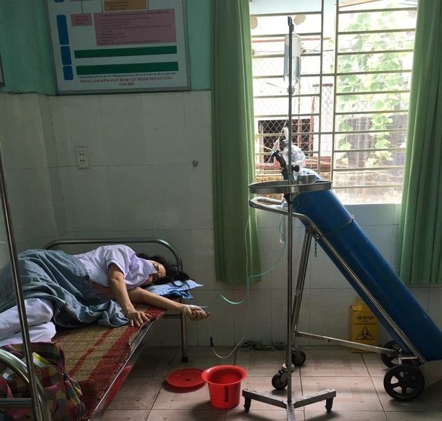 Chống dịch Covid-19, nữ nhân viên y tế Đà Nẵng ngất xỉu vì quá sức - 1