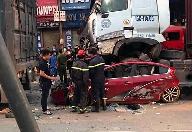 """Hà Nội: Tài xế xe container """"nghiền nát"""" xe con khai gì? - 2"""
