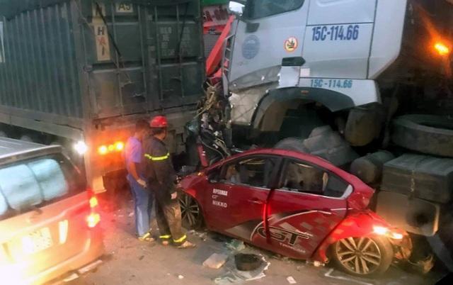 Xe container nghiền nát xe con trên phố Hà Nội, 3 người tử vong tại chỗ - 1