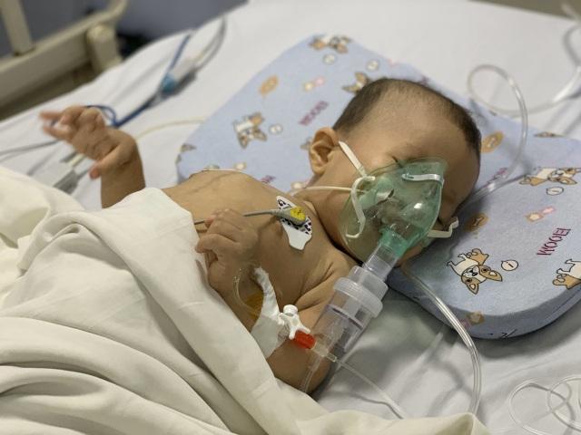 Quặn lòng cảnh bé hơn 1 tuổi co giật từng cơn trong đau đớn - 1