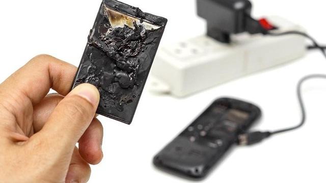 Quảng Bình: Bị bỏng nặng vì vừa dùng điện thoại vừa sạc pin - 1