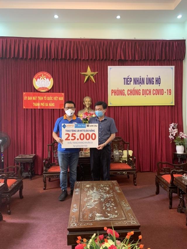 First News tặng khẩu trang, sách cho người dân Đà Nẵng - 2