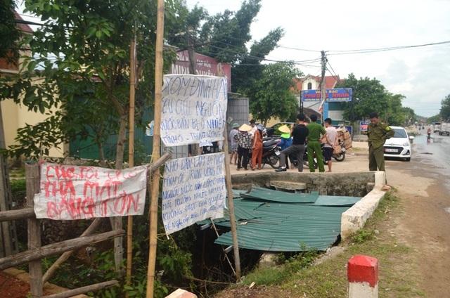 Nghệ An: Nước xả thải lênh láng cả quốc lộ, hàng trăm người dân kêu cứu - 5