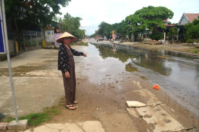 Nghệ An: Nước xả thải lênh láng cả quốc lộ, hàng trăm người dân kêu cứu - 7