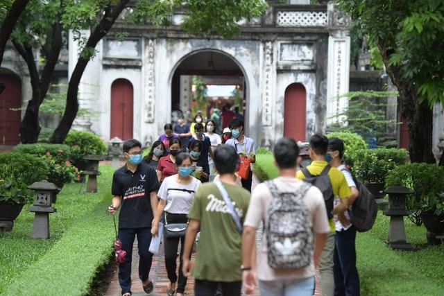Sát ngày thi tốt nghiệp THPT, sĩ tử bịt kín khẩu trang đến Văn Miếu cầu may - 5