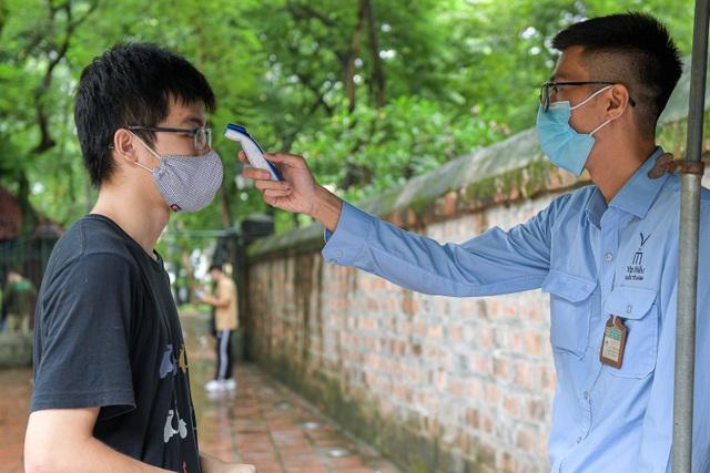 Sát ngày thi tốt nghiệp THPT, sĩ tử bịt kín khẩu trang đến Văn Miếu cầu may - 3