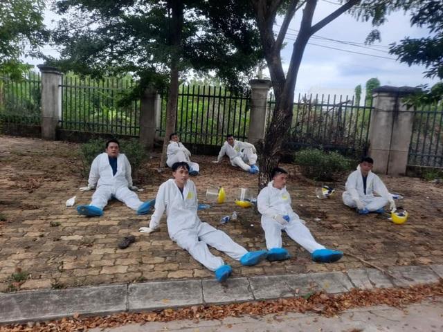 Đà Nẵng: Xúc động hình ảnh cuộc chiến chống Covid-19 của chiến sĩ áo trắng - 4