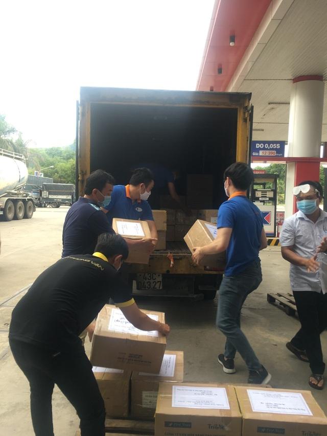 First News tặng khẩu trang, sách cho người dân Đà Nẵng - 1
