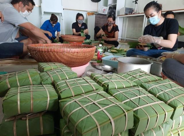 Đắk Lắk: Thầy giáo gói cả trăm chiếc bánh chưng gửi vào khu cách ly - 3