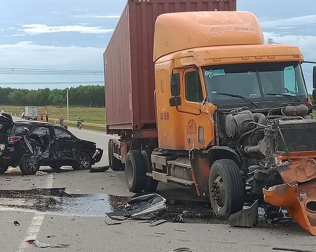 Vụ xe 7 chỗ nát bét sau va chạm với xe container: Hai cháu bé tử vong - 2