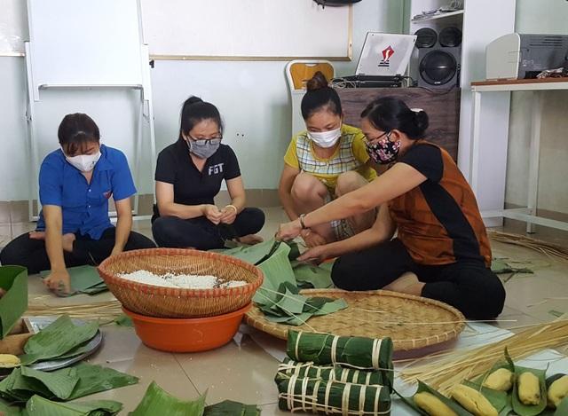 Đắk Lắk: Thầy giáo gói cả trăm chiếc bánh chưng gửi vào khu cách ly - 2