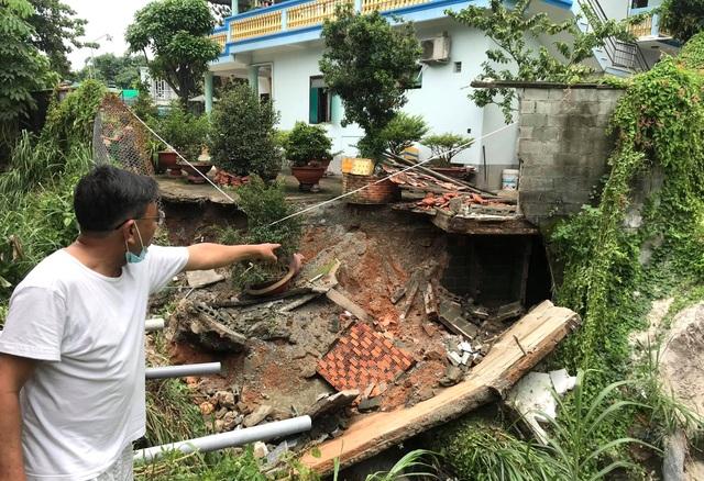 Sạt lở nghiêm trọng, hàng loạt nhà dân nguy cơ bị kéo sập xuống suối - 1
