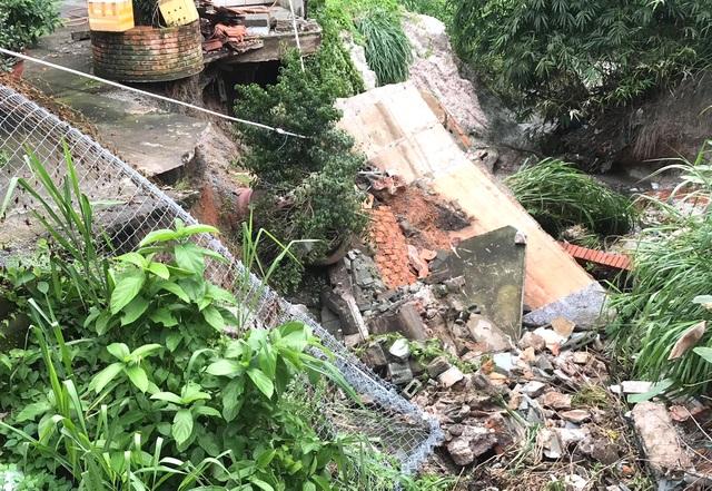 Sạt lở nghiêm trọng, hàng loạt nhà dân nguy cơ bị kéo sập xuống suối - 2