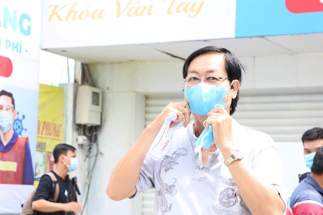 ATM khẩu trang miễn phí ở Sài Gòn - 10