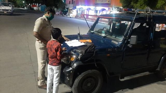 Ấn Độ: Cảnh sát dạy học cho cậu bé nghèo trên đường phố - 1