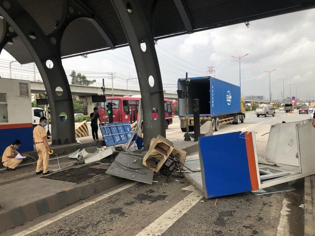 Không đóng cửa thùng hàng, xe container quật đổ cabin trạm thu phí - 2