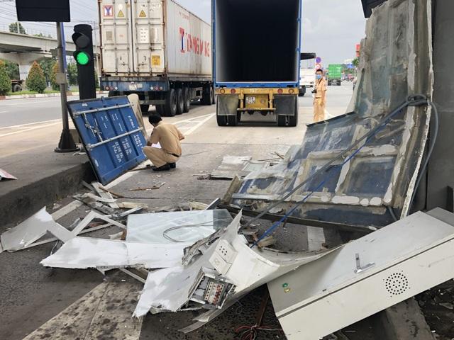 Không đóng cửa thùng hàng, xe container quật đổ cabin trạm thu phí - 3