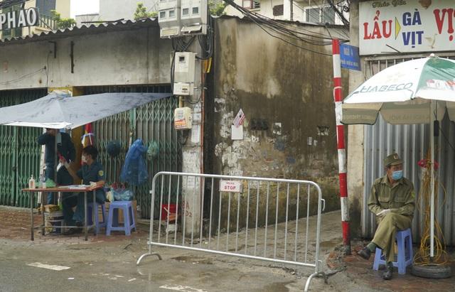 Hà Nội: Người thân tiếp tế đồ ăn vào khu cách ly Covid-19 ở Bắc Từ Liêm - 3