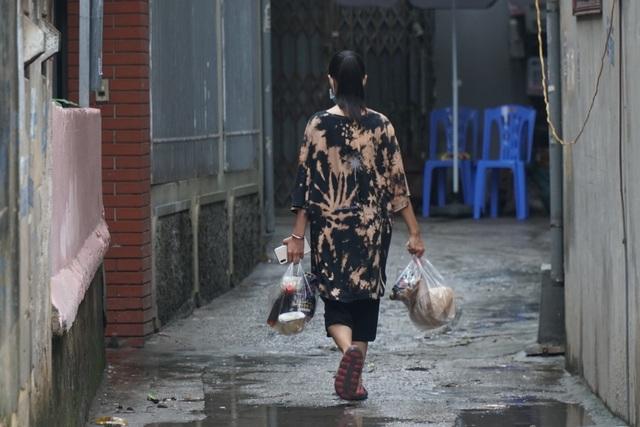 Hà Nội: Người thân tiếp tế đồ ăn vào khu cách ly Covid-19 ở Bắc Từ Liêm - 4