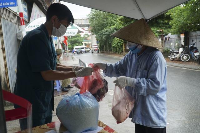 Hà Nội: Người thân tiếp tế đồ ăn vào khu cách ly Covid-19 ở Bắc Từ Liêm - 1