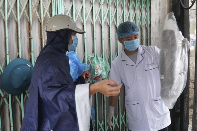 Hà Nội: Người thân tiếp tế đồ ăn vào khu cách ly Covid-19 ở Bắc Từ Liêm - 2