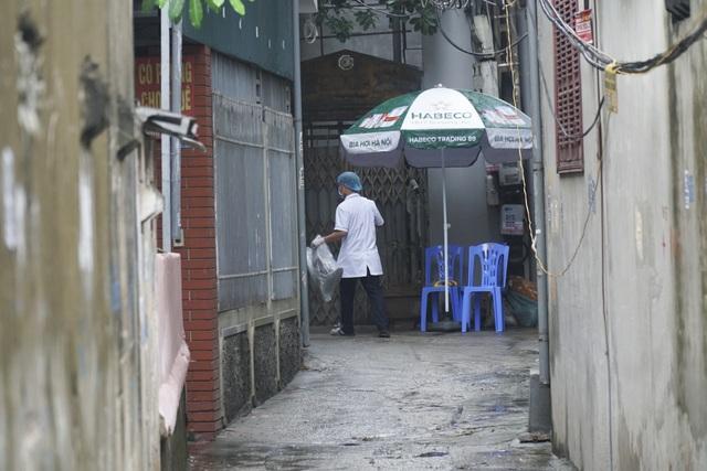 Hà Nội: Người thân tiếp tế đồ ăn vào khu cách ly Covid-19 ở Bắc Từ Liêm - 5
