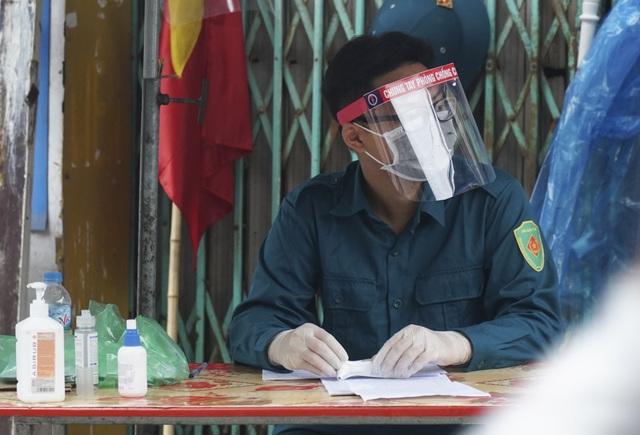 Hà Nội: Người thân tiếp tế đồ ăn vào khu cách ly Covid-19 ở Bắc Từ Liêm - 8