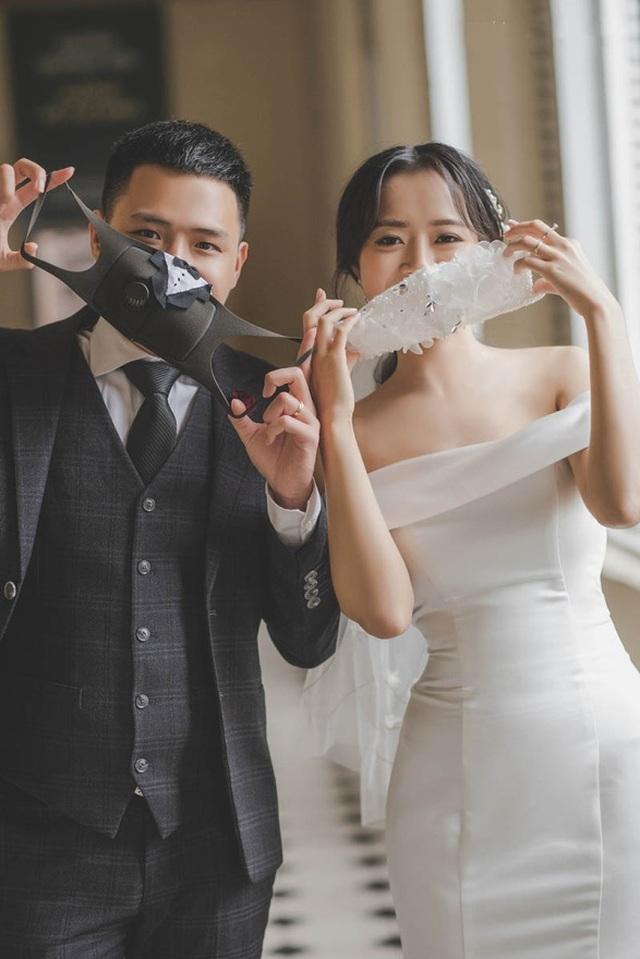 Cặp đôi biến khẩu trang thành phụ kiện độc chụp ảnh cưới - 3