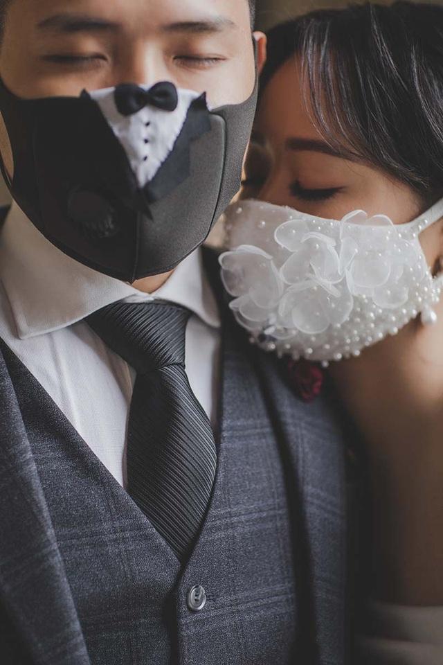 Cặp đôi biến khẩu trang thành phụ kiện độc chụp ảnh cưới - 4