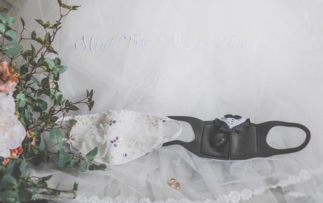 Cặp đôi biến khẩu trang thành phụ kiện độc chụp ảnh cưới - 5