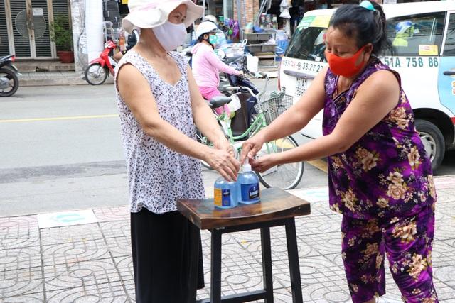 ATM khẩu trang miễn phí ở Sài Gòn - 8