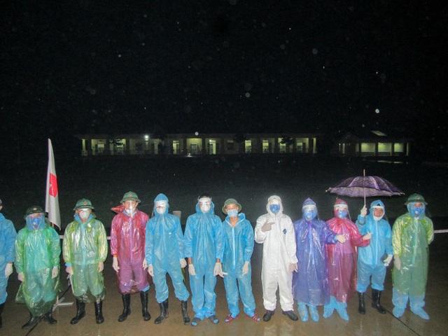 Bộ đội trắng đêm đón công dân từ Mỹ về cách ly - 2