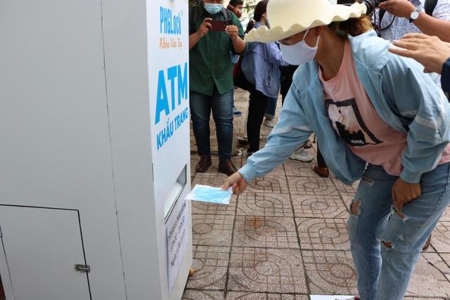 ATM khẩu trang miễn phí ở Sài Gòn - 7