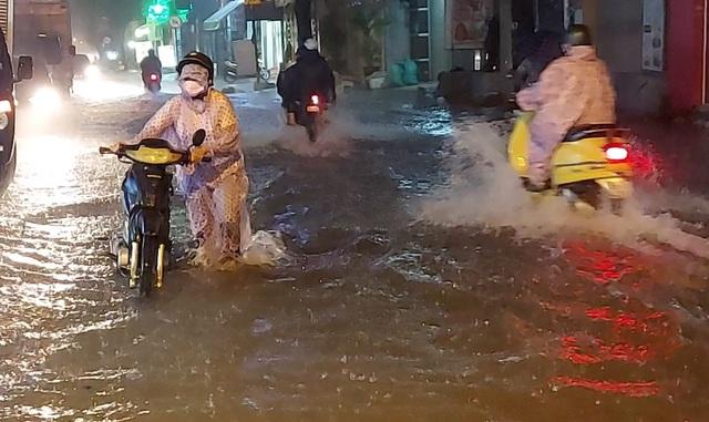 Mưa tối trời, Sài Gòn ngập nặng, kẹt xe đến tận nửa đêm - 1