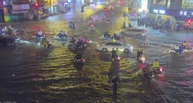Mưa tối trời, Sài Gòn ngập nặng, kẹt xe đến tận nửa đêm - 4