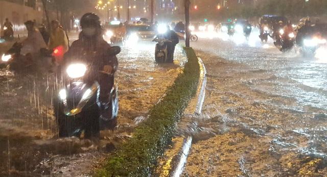 Mưa tối trời, Sài Gòn ngập nặng, kẹt xe đến tận nửa đêm - 2