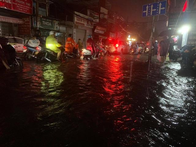 Mưa tối trời, Sài Gòn ngập nặng, kẹt xe đến tận nửa đêm - 8