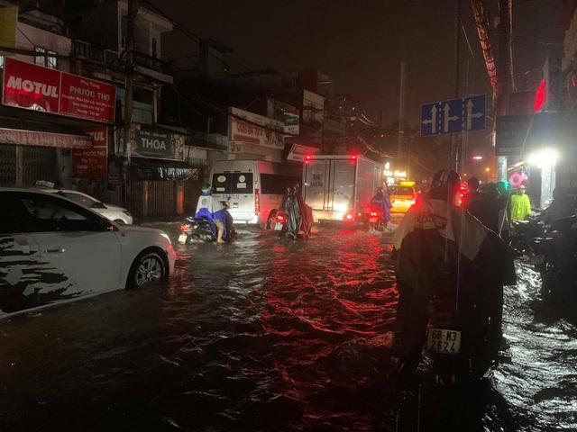 Mưa tối trời, Sài Gòn ngập nặng, kẹt xe đến tận nửa đêm - 15