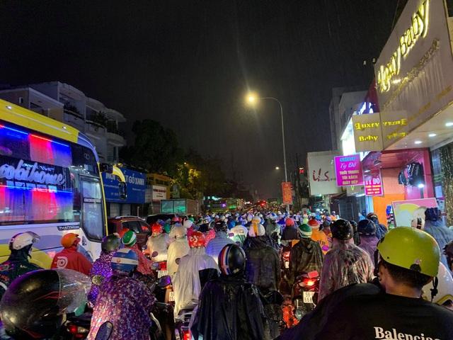 Mưa tối trời, Sài Gòn ngập nặng, kẹt xe đến tận nửa đêm - 16