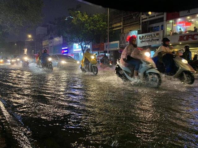Mưa tối trời, Sài Gòn ngập nặng, kẹt xe đến tận nửa đêm - 9