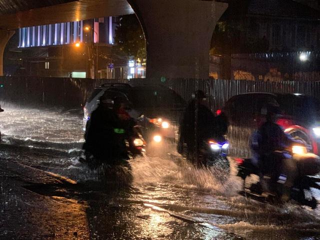 Mưa tối trời, Sài Gòn ngập nặng, kẹt xe đến tận nửa đêm - 5
