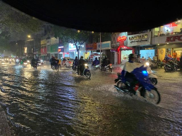 Mưa tối trời, Sài Gòn ngập nặng, kẹt xe đến tận nửa đêm - 6