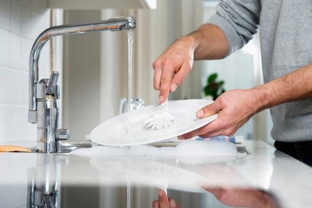 Tráng bát đĩa trước khi cho vào máy rửa bát sẽ làm bát đĩa bẩn hơn - 1