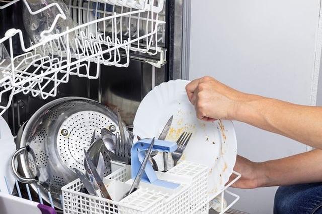Tráng bát đĩa trước khi cho vào máy rửa bát sẽ làm bát đĩa bẩn hơn - 2