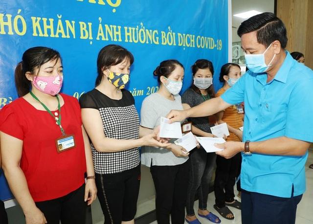 Ninh Bình: Tặng 400 suất quà cho công nhân ảnh hưởng dịch Covid-19 - 1
