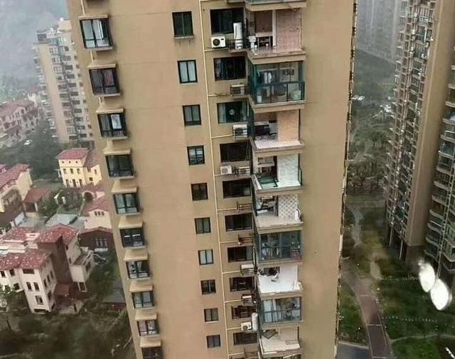 Chung cư cao cấp ở Trung Quốc bị bão thổi bay ban công, máy giặt - 2