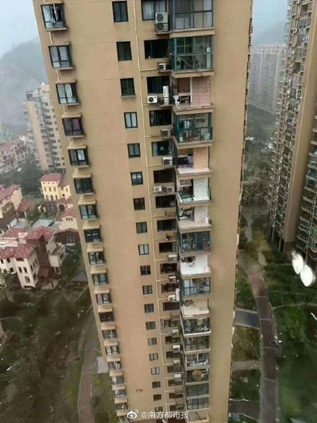 Chung cư cao cấp ở Trung Quốc bị bão thổi bay ban công, máy giặt - 3