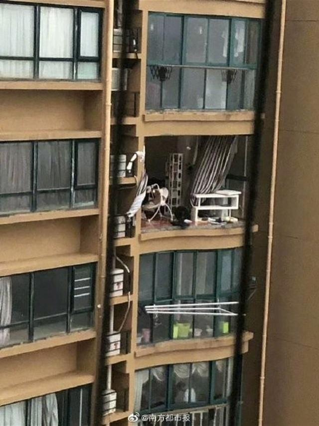 Chung cư cao cấp ở Trung Quốc bị bão thổi bay ban công, máy giặt - 1